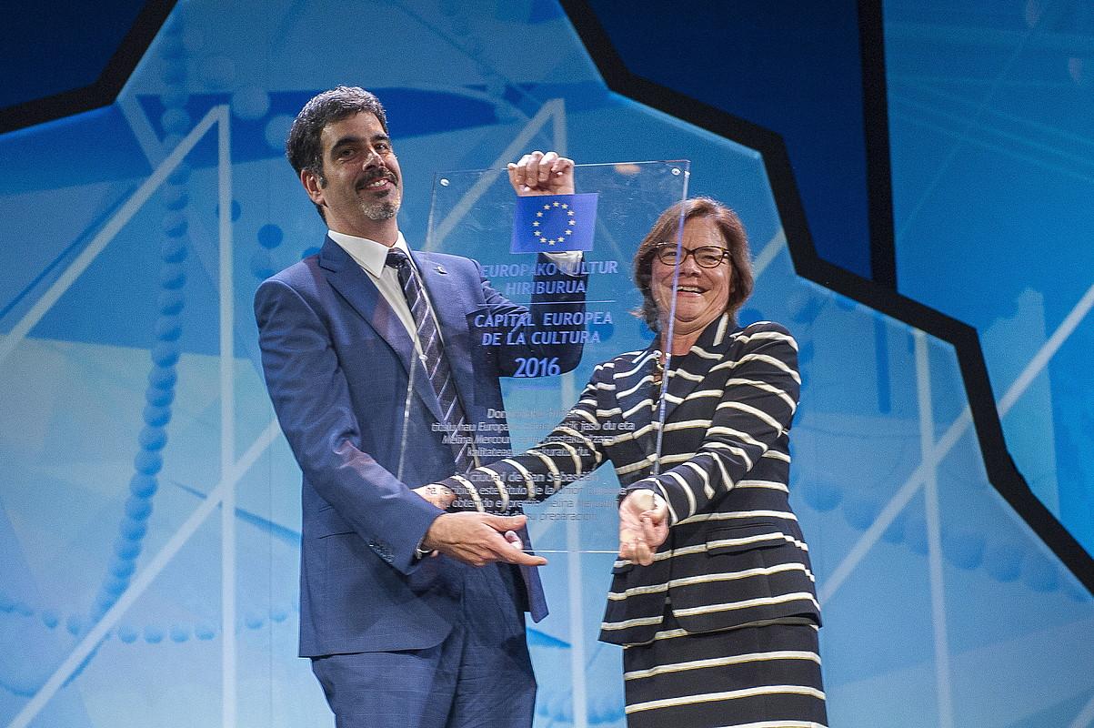 Eneko Goia Europako Batzordearen diploma eta plaka jasotzen, Martine Reichertesen eskutik. / .J. C. RUIZ / ARGAZKI PRESS