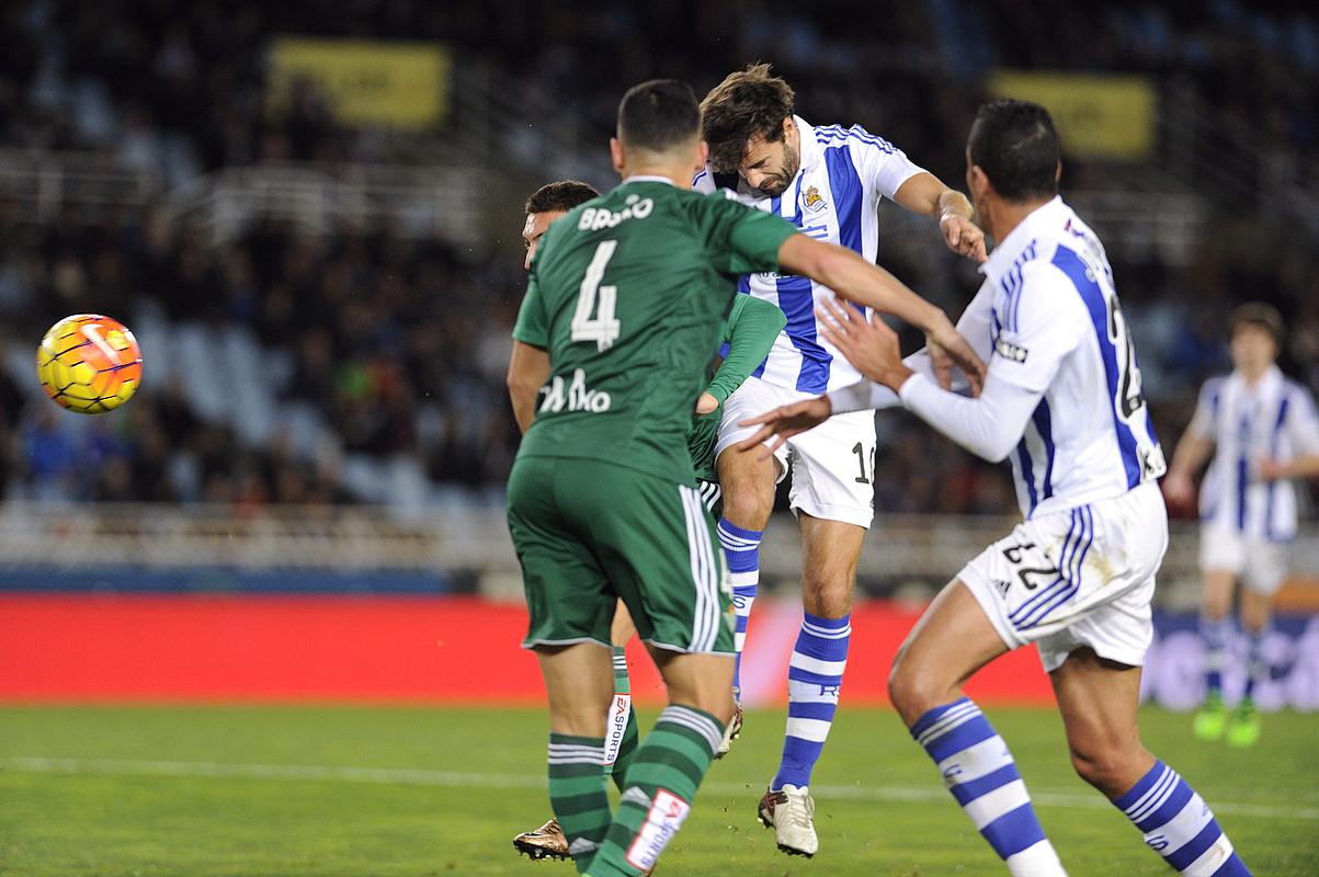 Xabi Prieto Realekoa buruz errematea egiten Betiseko bi jokalariren aurrean, atzo, Anoeta estadioan, 1-0eko jokaldian.