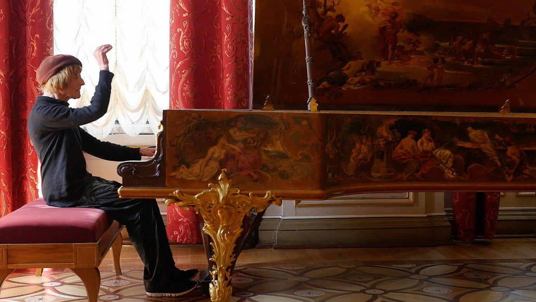 Oleg Karavaitxuk, Nikolas II.aren pianoa izandakoa jotzen, San Petersburgoko Hermitagen, Andres Duqueren filmaren fotograma batean.