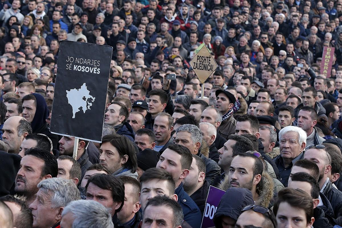 Oposizioko jarraitzaileak, protesta batean, Pristinan. <em>Kosovo ez zatikatu</em> irakur daiteke kartelean. ©VALDRIN XHEMAJ / EFE