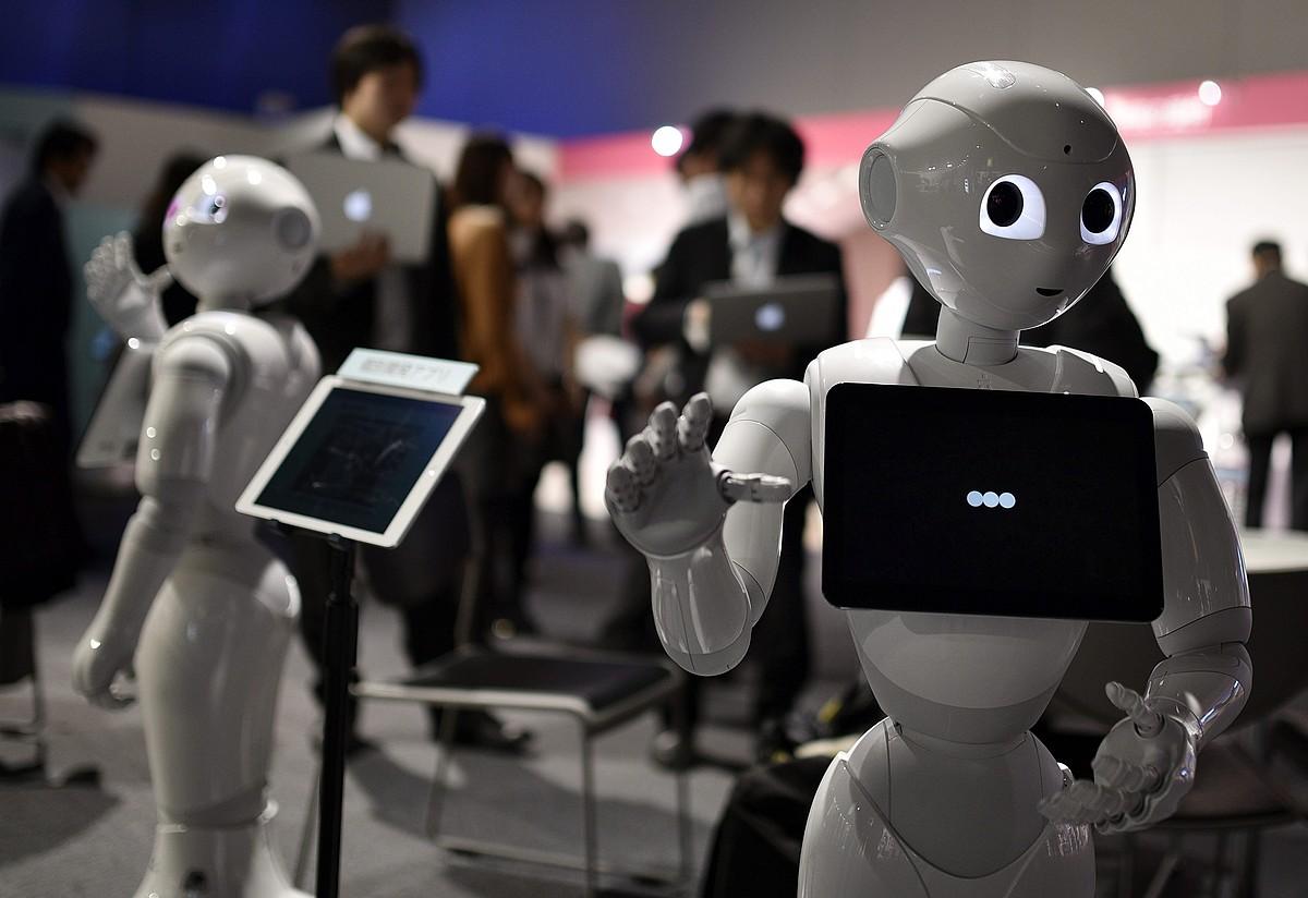Gizakiak zaintzeko eta dendari aritzeko Pepper robotak aurkeztu zituzten urtarrilaren 27an, Tokion.