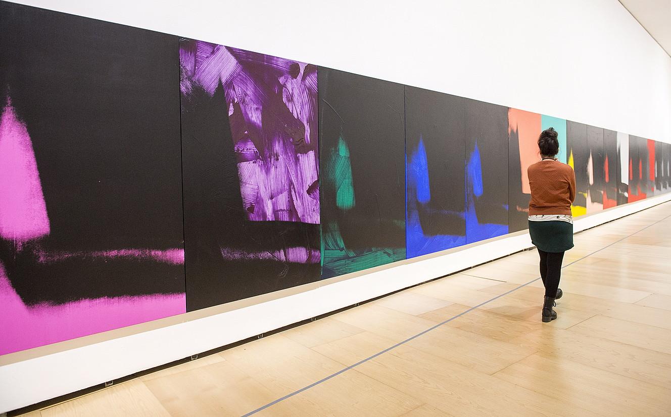 Emakume bat Bilboko Guggenheim museoan Andy Warholi eskainitako erakusketa ikusten. ©MONIKA DEL VALLE / ARGAZKI PRESS