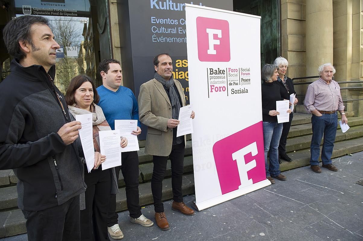 Foro Sozialeko antolatzaile eta kontalariak atzo, Donostiako Koldo Mitxelenan. / JUAN CARLOS RUIZ / ARGAZKI PRESS
