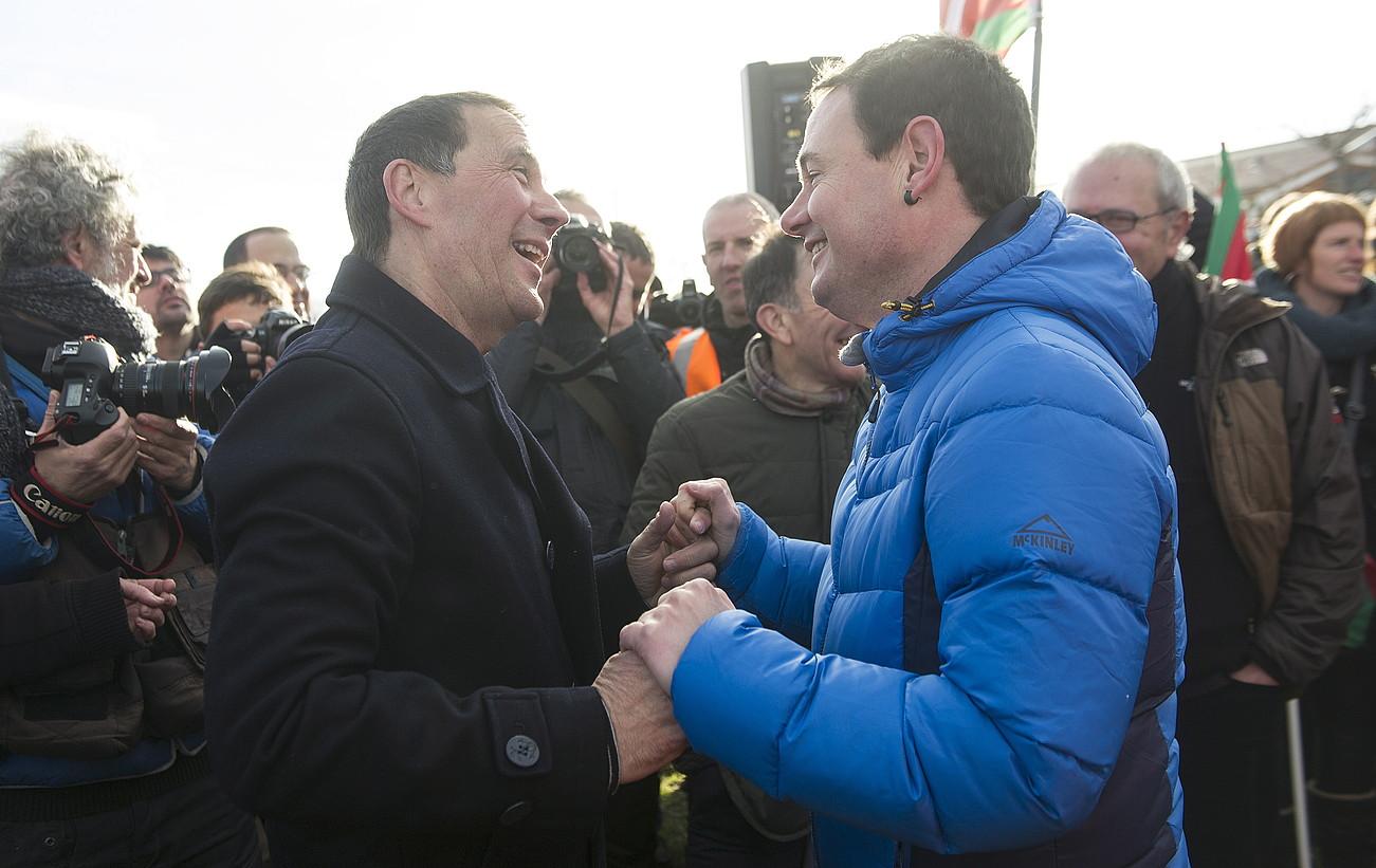 Arnaldo Otegi Hasier Arraiz agurtzen, atzo, Logroñoko espetxetik irten berritan. / JON URBE / ARGAZKI PRESS