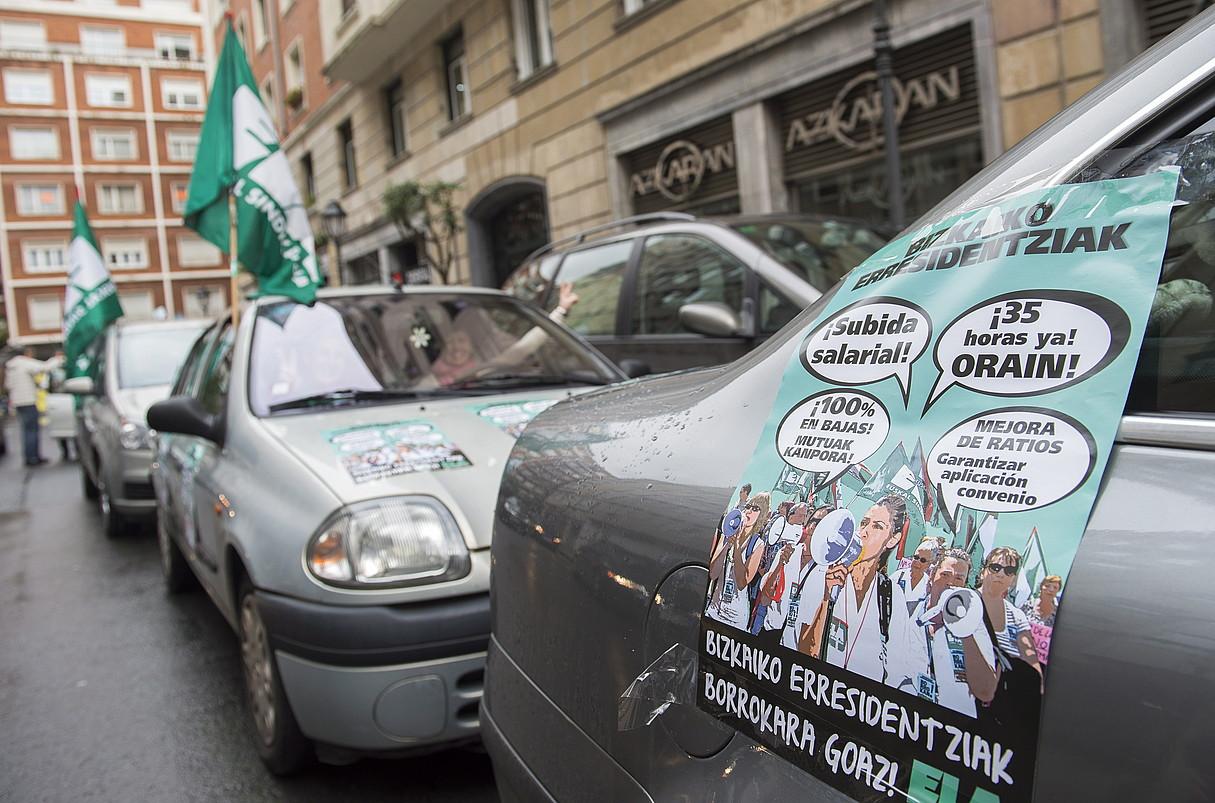 Bilboko kaleetan hamabi autotan ibiliz zabaldu zituzten aldarrikapenak langileek, atzo. ©MARISOL RAMIREZ / ARGAZKI PRESS