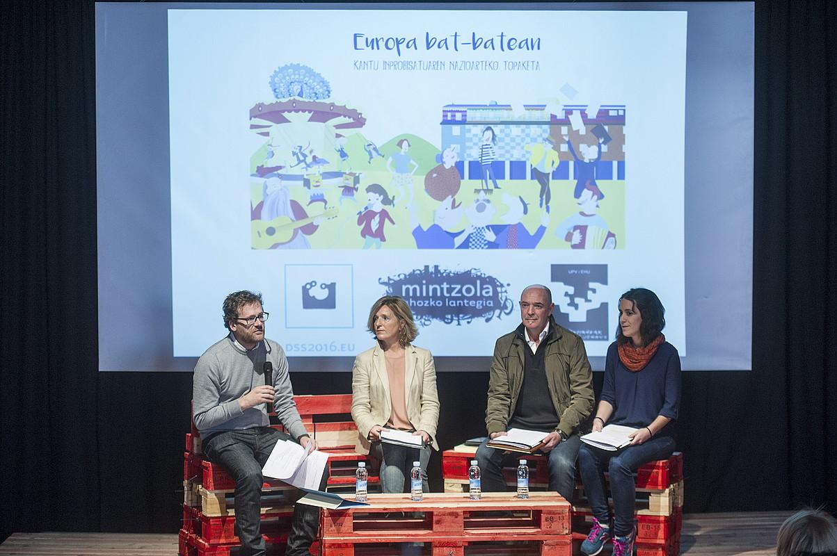Europa Bat-batean egitasmoko antolatzaileak, atzo Donostian egindako aurkezpenean. / JON URBE / ARGAZKI PRESS