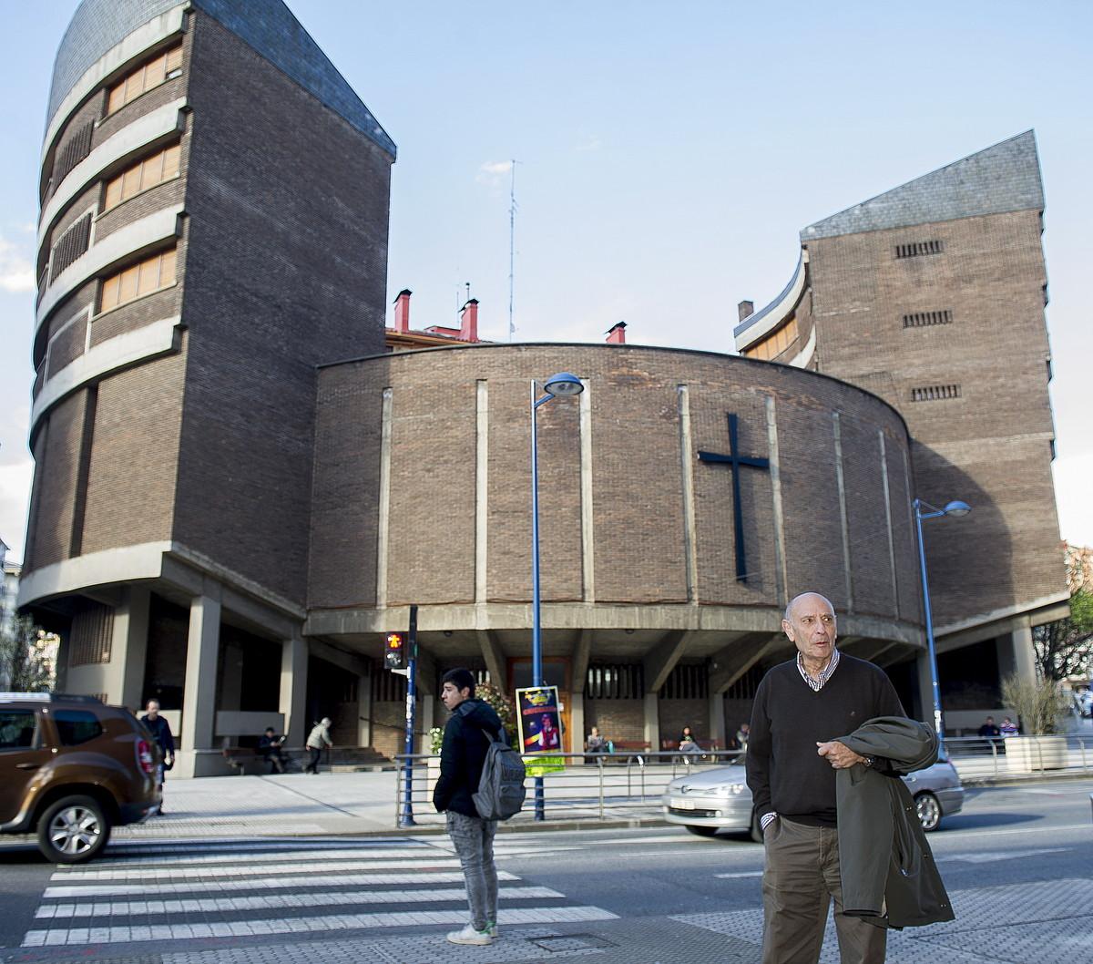 San Jose Langilea.Jose Javier Uranga arkitektoa, 1968tik 1971ra Errenterian (Gipuzkoa) egin zuen elizaren aurrean.