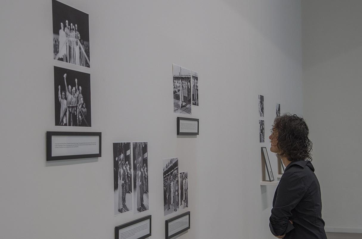 Maryam Jafri artista palestinarra, bere erakusketako pieza batzuei begira, Tabakaleran. ©ANDONI CANELLADA / ARGAZKI PRESS
