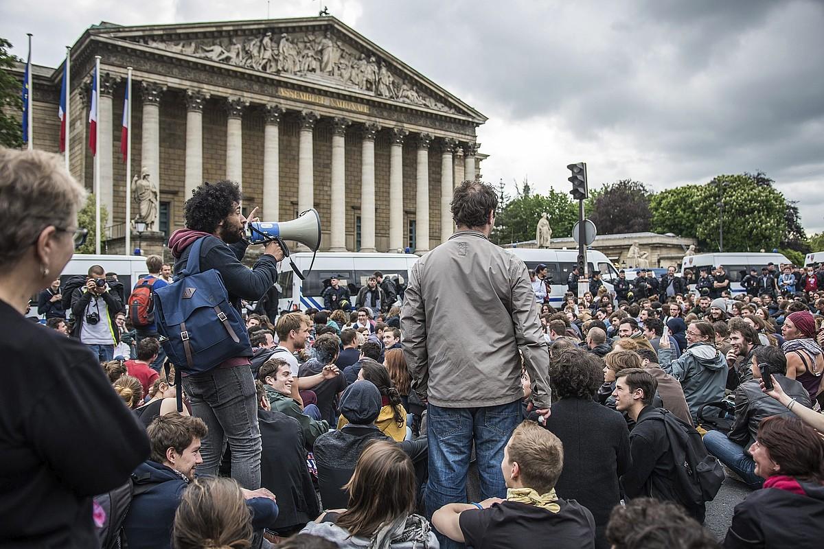Nuit Debout mugimendukoak Frantziako Asanblearen atarian, atzo, lan erreformak eragindako zentsura mozioa bozkatzen ari zirela.