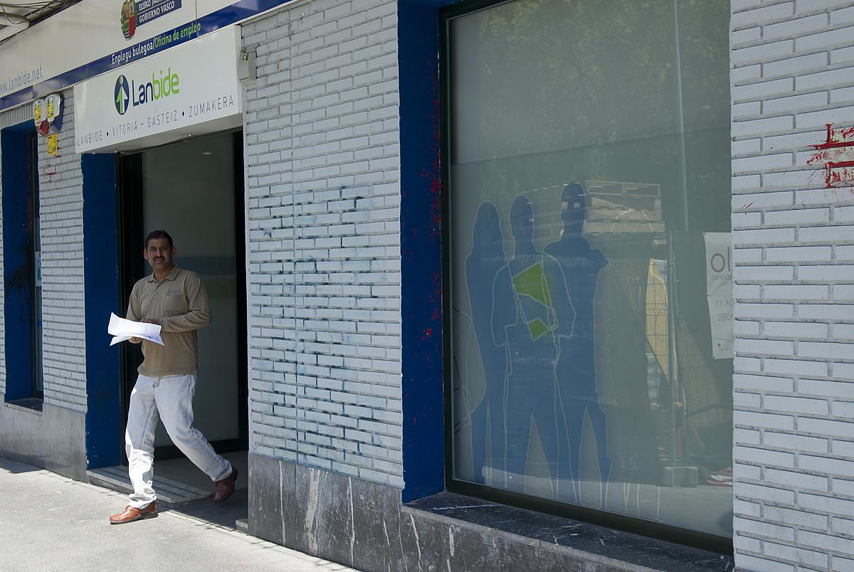 Pertsona bat Lanbideren bulego batetik ateratzen, Gasteizen. ©JUANAN RUIZ / ARGAZKI PRESS