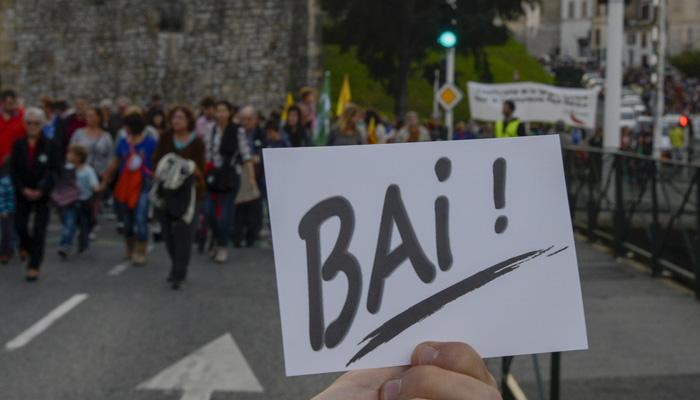 Joan den urriko Baionako Deiadar manifestazioan baiezkoa erakusten zuen boto paper bat. ©GORKA RUBIO / ARGAZKI PRESS