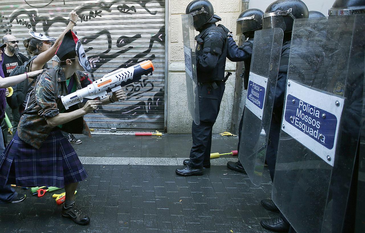 Manifestariak eta mossoak aurrez aurre, Bartzelonako Gracia auzoan, igandean. ©QUIQUE GARCIA