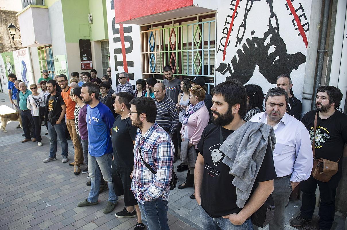 Torturaren aurkako muralaren aurrean egin dute agerraldia, Atarrabian. ©JAGOBA MANTEROLA / ARGAZKI PRESS