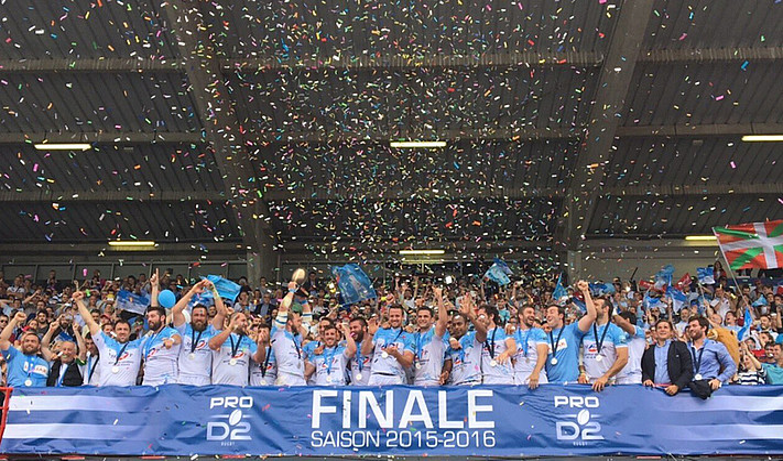 Baionako jokalariak, Frantziako Bigarren Mailako ligako koparekin, atzo, Tolosako (Okzitania) Ernest-Wallon estadioan, Aurillacen aurkako finala amaitu berritan.