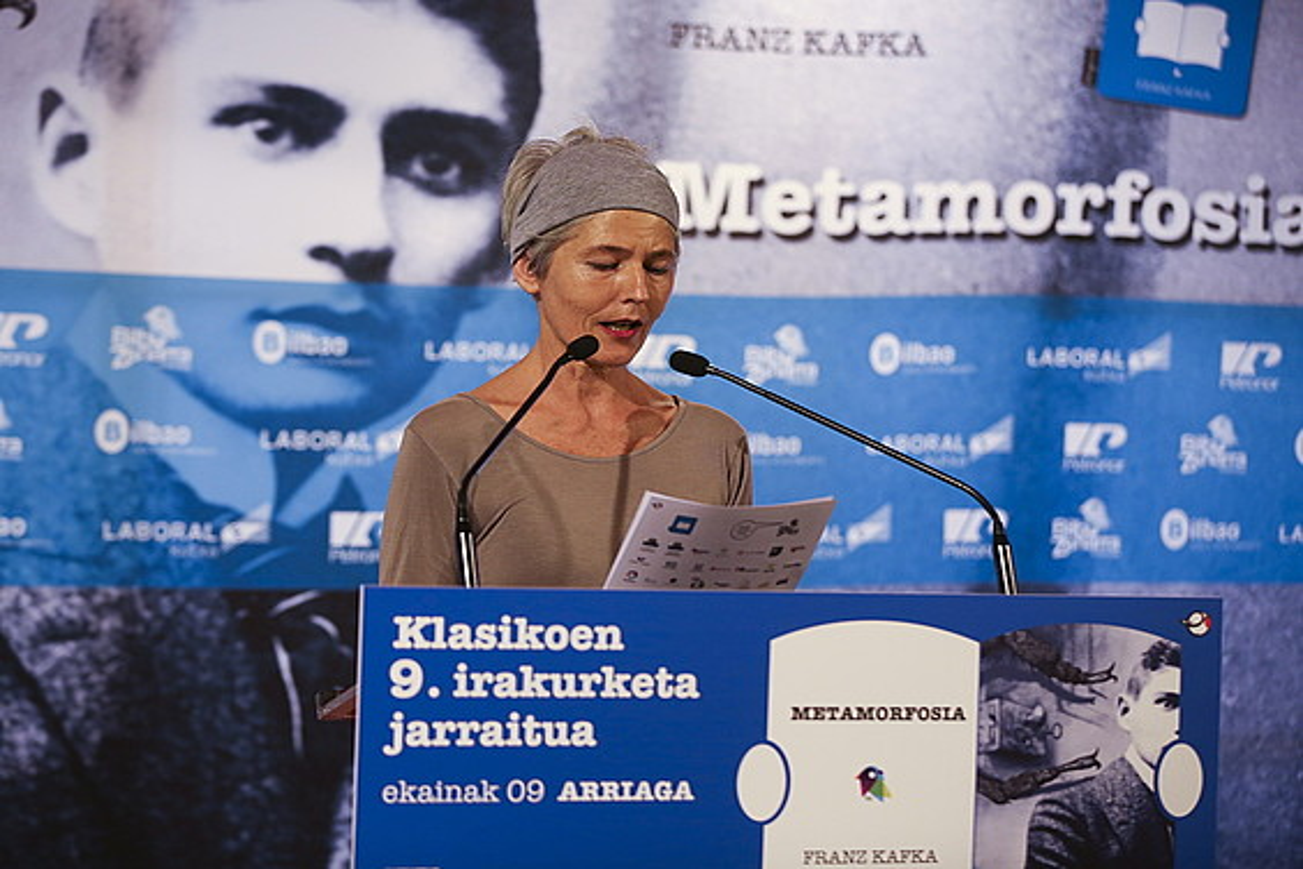 Amparo Badiola dantzariak <em>Metamorfosia</em>-ren pasarte bat irakurri zuen atzo, Bilboko Arriaga antzokian. ©L. JAUREGIALTZO / ARP