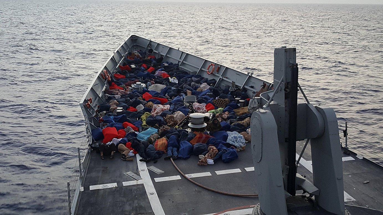Mediterraneoko uretan hilaren hasieran erreskatatutako errefuxiatuak. Frontexen arabera, astero 10.000 iheslari iristen dira Mediterraneotik Europara. ©MIGUEL GUTIERREZ / EFE