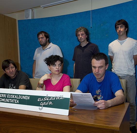 Uemako Nafarroako hainbat ordezkari, atzo egindako agerraldian. ©IÑIGO URIZ / ARP
