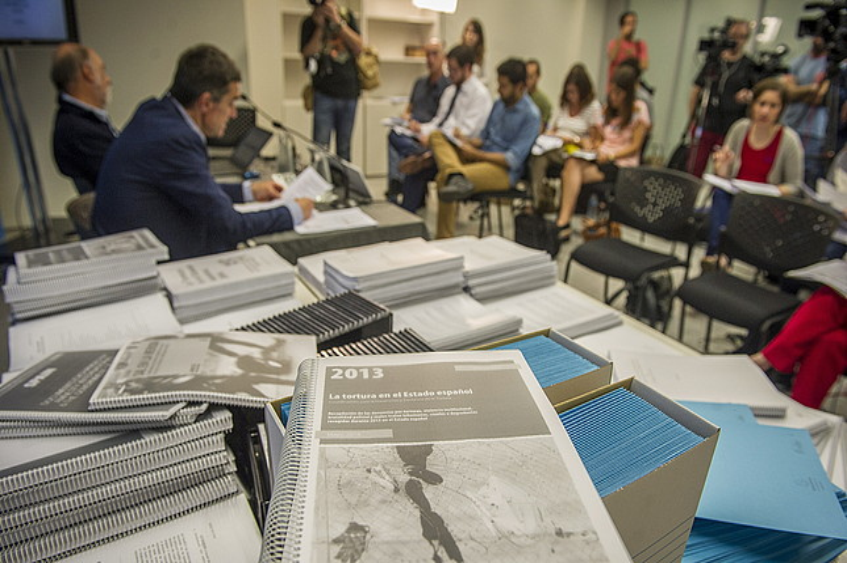 Paco Etxeberria eta Jonan Fernandez torturari buruzko lana aurkezten, atzo, Donostian. / GORKA RUBIO / ARGAZKI PRESS