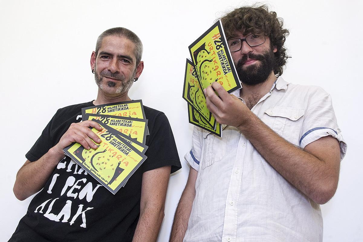 Unai Iturriaga eta Iñigo Astiz, <em>H28</em> aldizkaria eskuetan dutela, atzo, Donostian. ©GORKA RUBIO / ARGAZKI PRESS