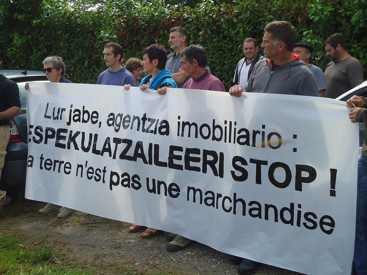 ELBko kideak, joan den ekainaren 15ean, L�k�ze-Altz�martako lur espekulazioa salatzeko egindako protestan. ©BERRIA