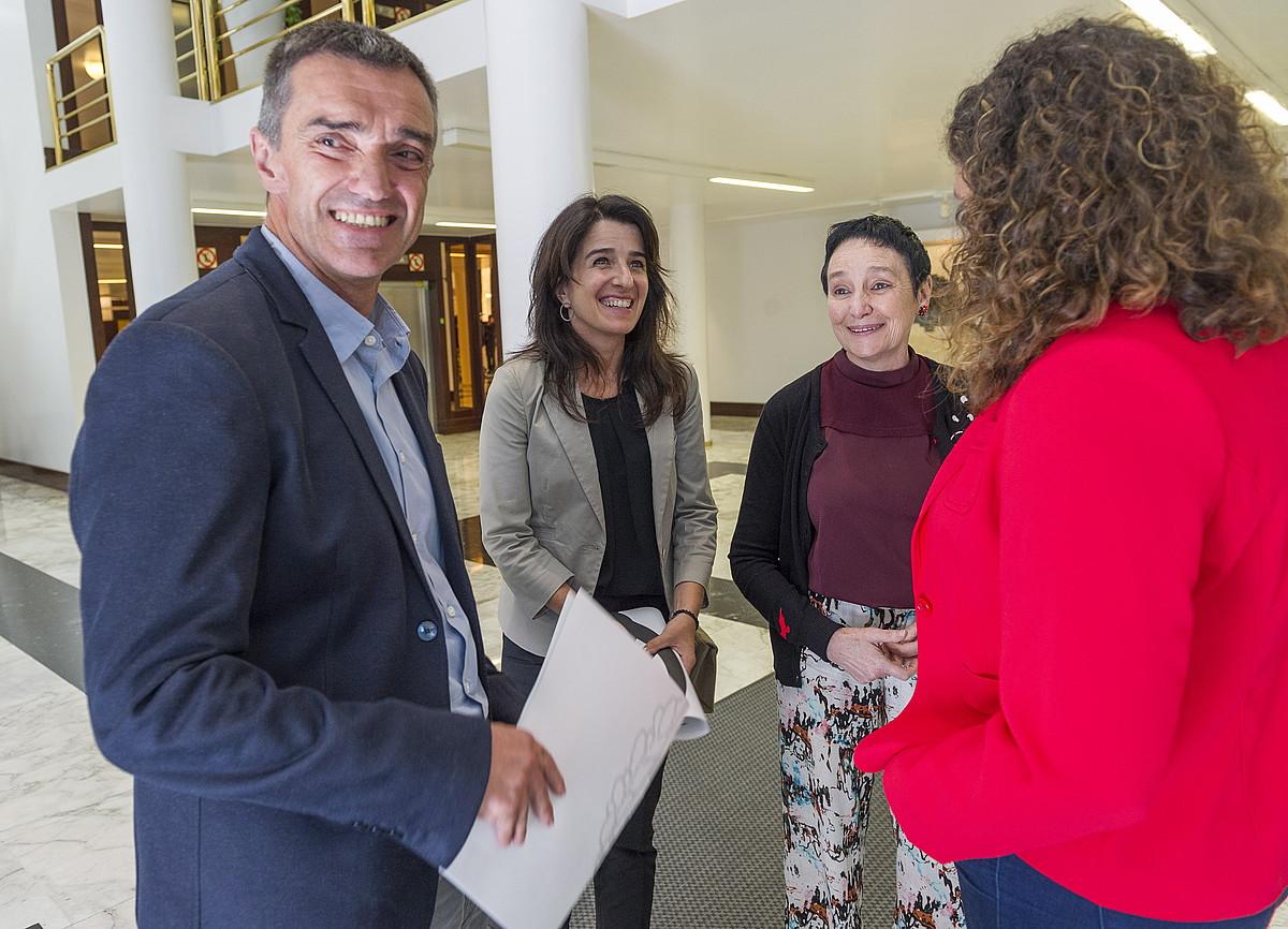 Jonan Fernandez, Aintzane Ezenarro eta Jone Goirizelaia, atzo, Eusko Legebiltzarrean. / JUANAN RUIZ / ARGAZKI PRESS