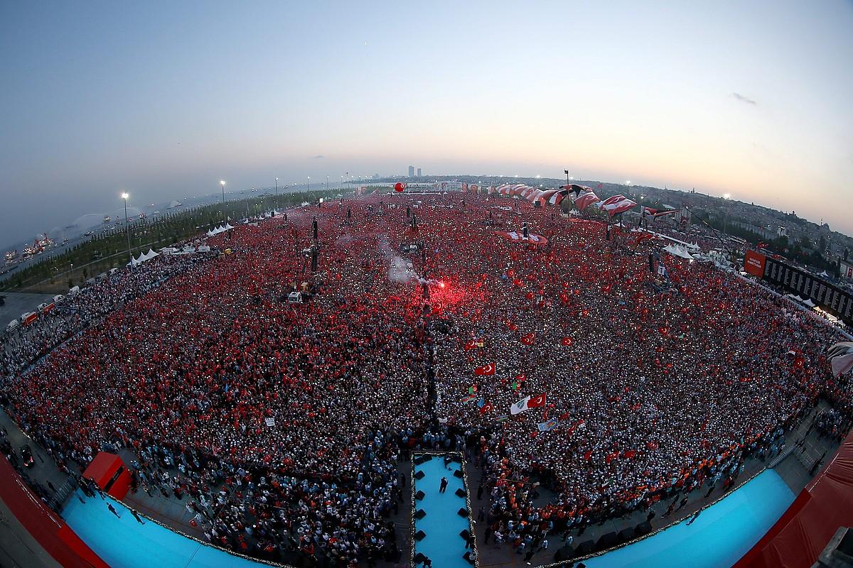 Recep Tayyip Erdogan presidenteak jendetza baten aurrean eman zuen mitina herenegun, Istanbulen. ©EFE