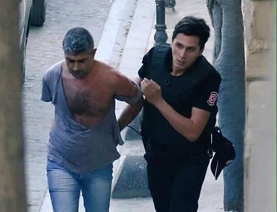 Dogan Guzel karikaturagile kurdua atxilotu zuten unea, atzo, Istanbulen. ©BERRIA