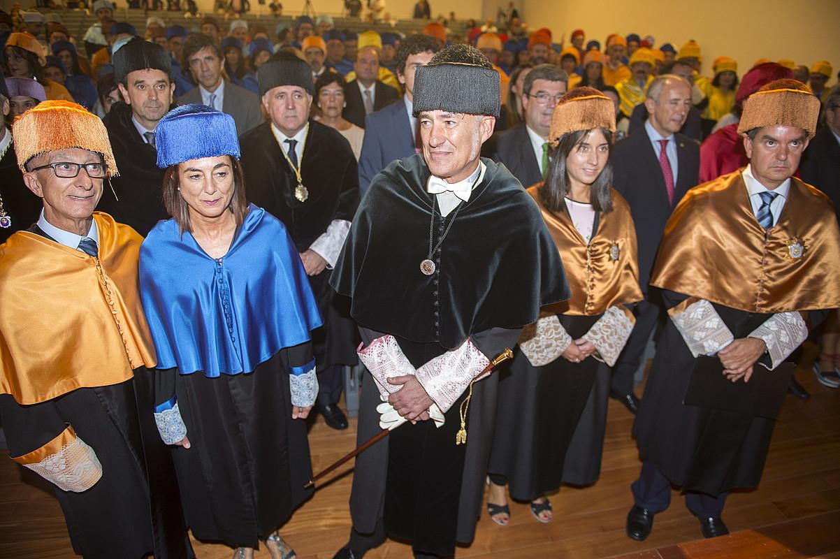 Cristina Uriarte Jaurlaritzako jarduneko Hezkuntza sailburua eta Iñaki Goirizelaia EHUko errektorea, klaustroko kideekin batera.