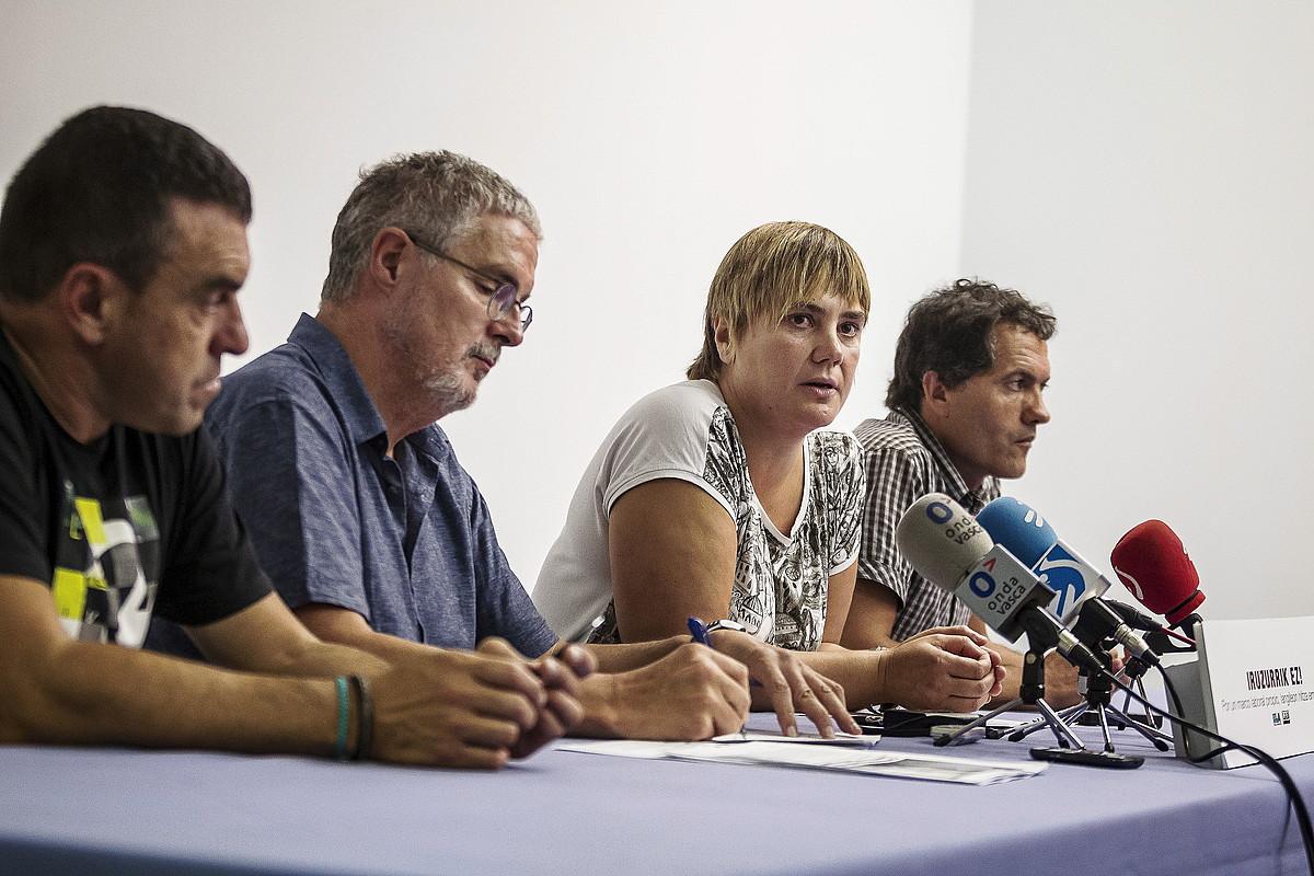 ELA eta LABeko buruzagien agerraldia. Ezkerretik hasita, ELAko Villarreal eta Muñoz, eta ondoan, LABeko Etxaide eta Garnika.