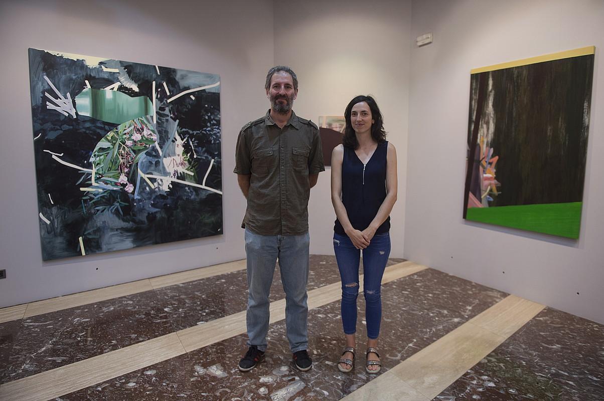 Fernando Villena eta Nagore Amenabarro artistak, atzean erakusketako lanak dituztela.