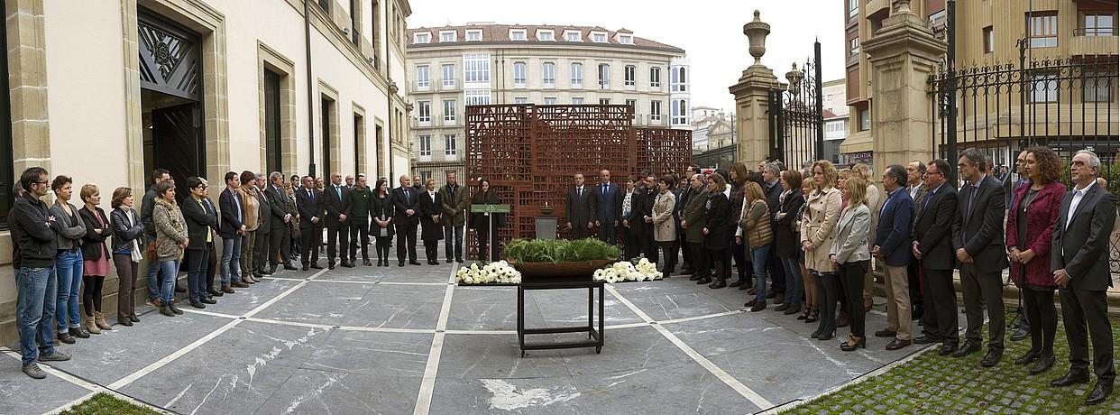 Iazko Memoriaren Eguneko omenaldia, Eusko Legebiltzarrean. / JUANAN RUIZ / ARGAZKI PRESS