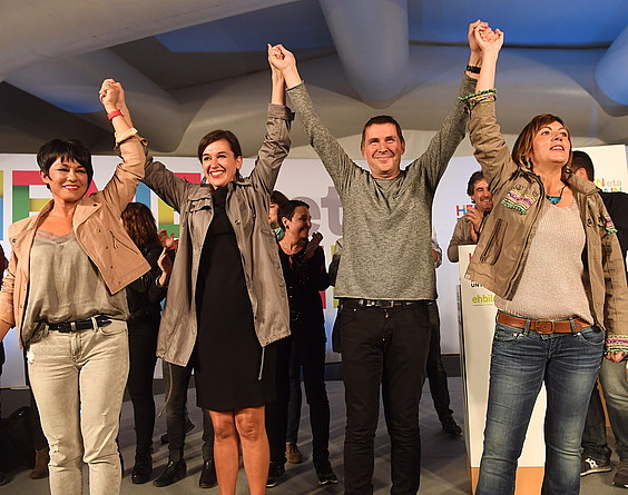 EH Bilduko hautagaiak, atzo, Donostian, emaitzak ospatzen. / JON URBE / ARGAZKI PRESS