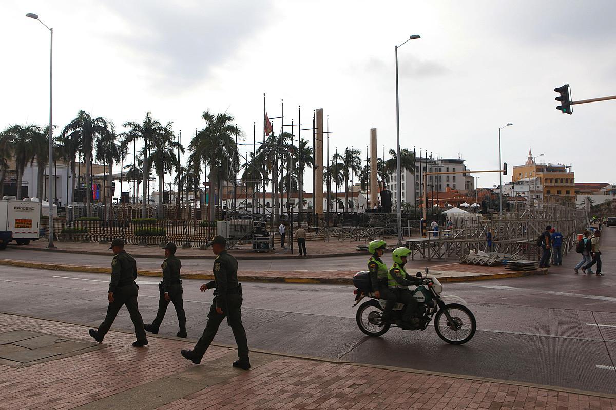 Kolonbiako poliziak, atzo, bake hitzarmenaren sinaduraren aurretik, kalean, Cartagena de Indiasen. ©CHRISTIAN ESCOBAR MORA/ EFE