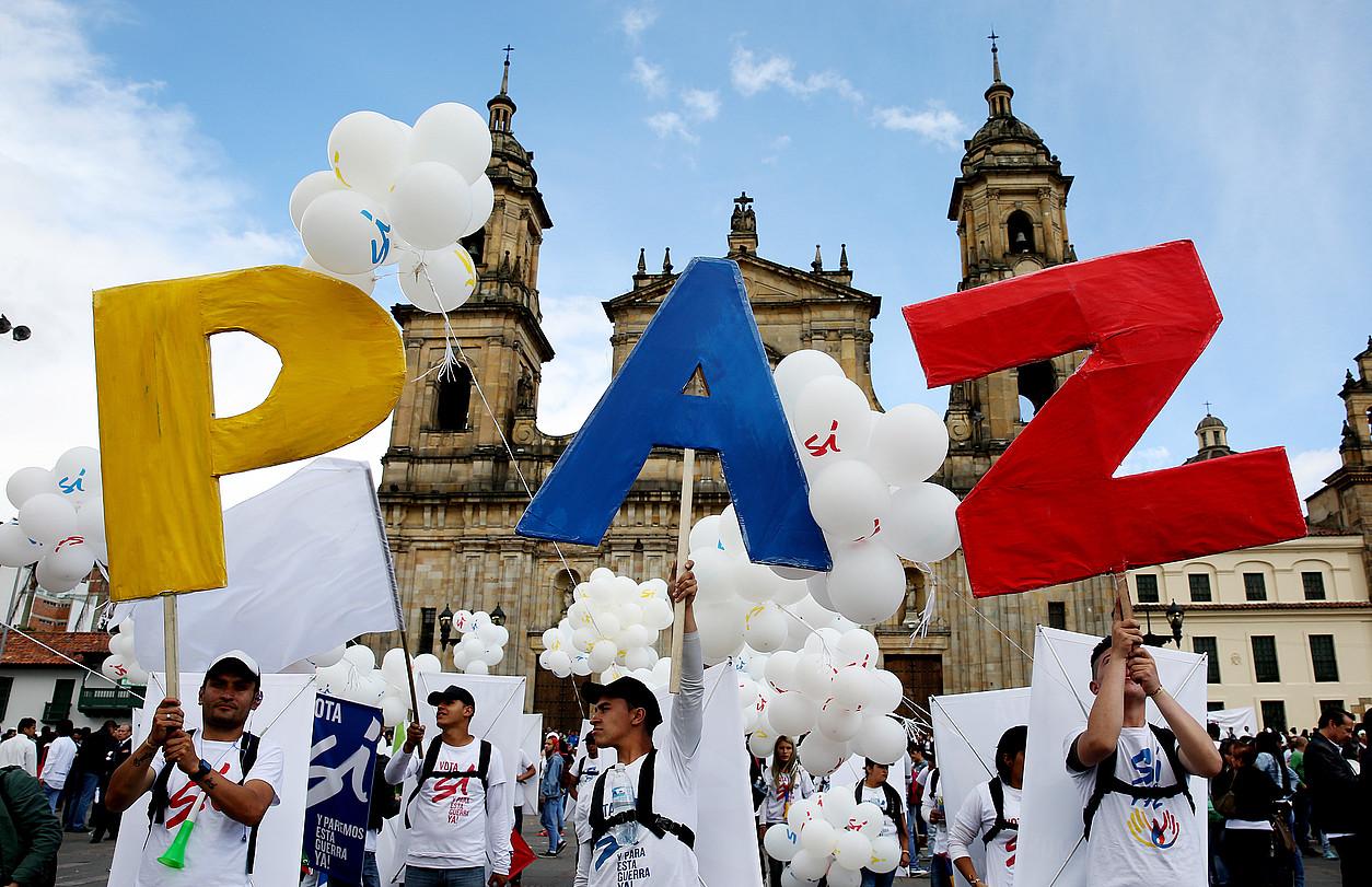 Ehunka lagun bakearen aldeko afixekin, irailaren 26an Bogotako Bolivar plazan egin zuten �bakearen aldeko kontzertuan�. ©LEONARDO MUÑOZ / EFE