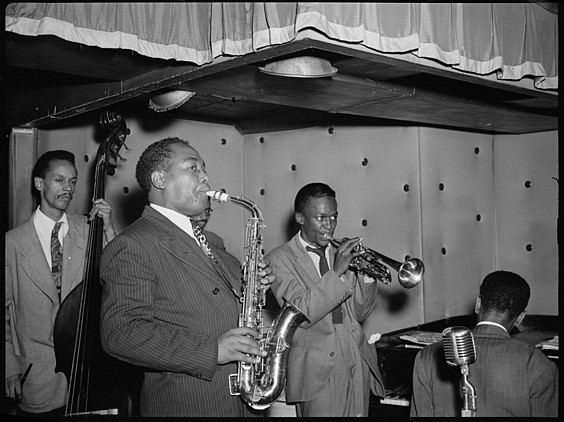 Charlie Parker, lehen planoan, Tommy Potter, Max Roach, Miles Davis eta Duke Jordanekin, New Yorkeko Three Deuces aretoan, 1947an. ©WILLIAM P. GOTTLIEB