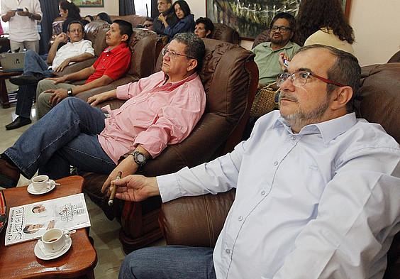 FARCeko negoziatzaile taldea, Habanan, erreferendumaren emaitzazuzenean telebistan ikusten. ©ERNESTOMASTRASCUSA / EFE