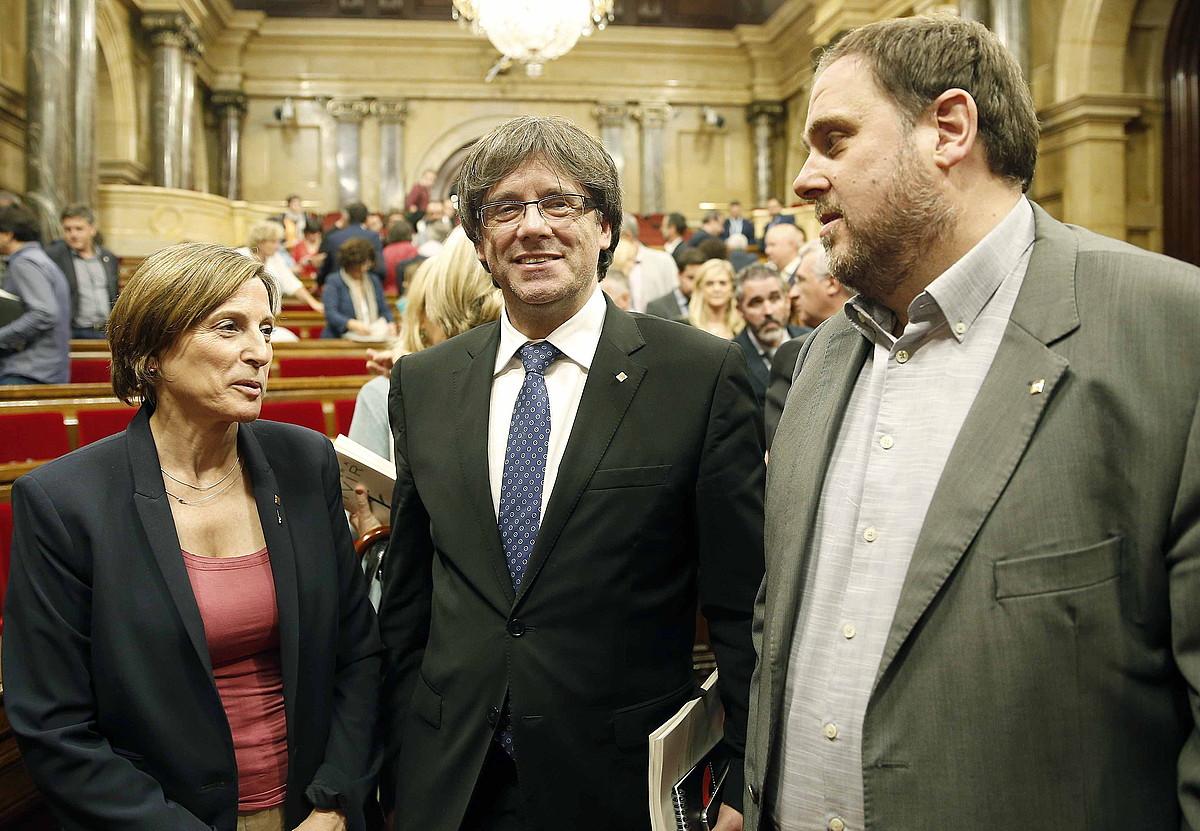 Carme Forcadell, Carles Puigdemont eta Oriol Junqueras, atzo, Kataluniako Parlamentuan, Politika Orokorreko debatearen ostean. ©ANDREU DALMAU / EFE