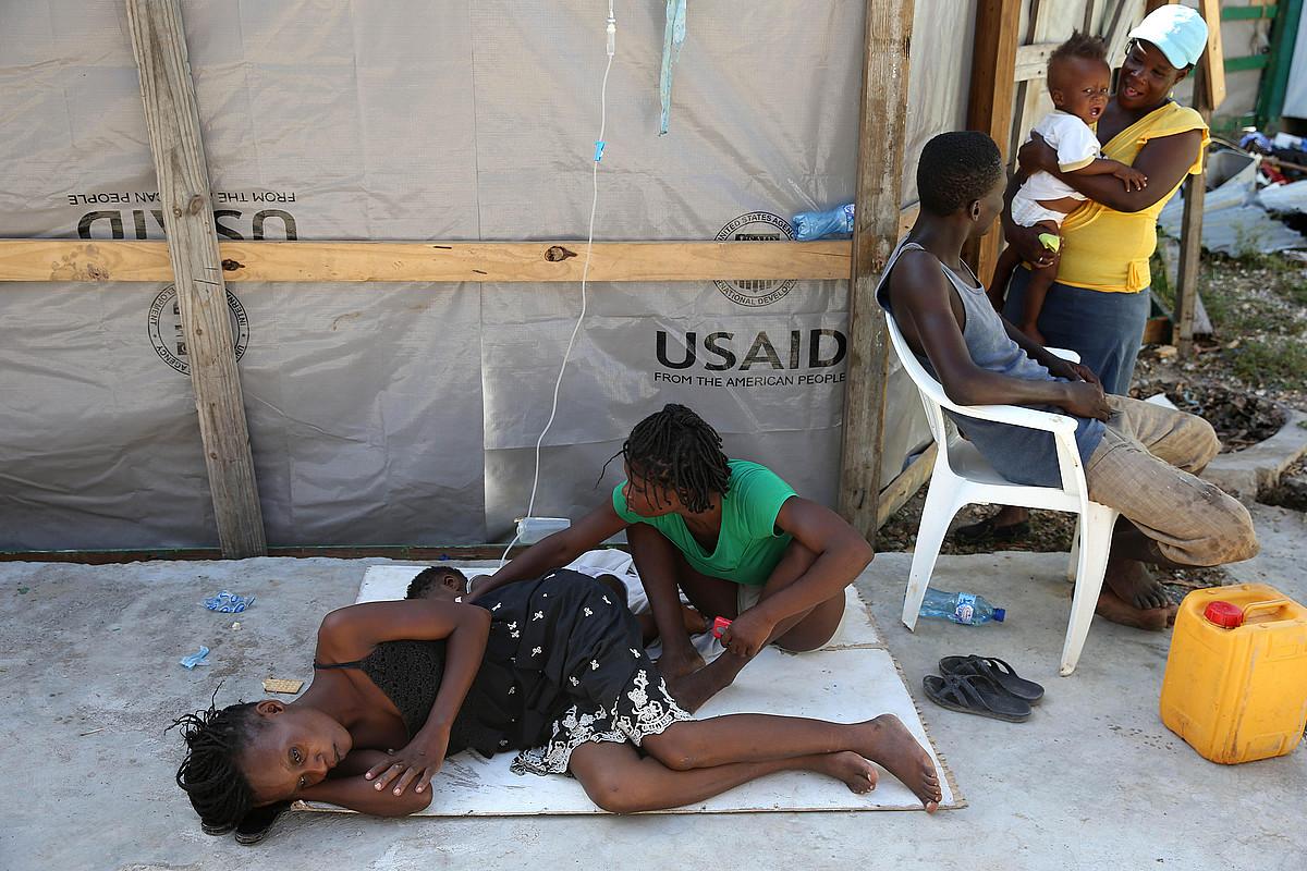 Emakume bat eta haur bat, kolera sintomekin, Jeremieko Saint Antoine ospitalean etzanda, herenegun. ©ORLANDO BARRIA / EFE