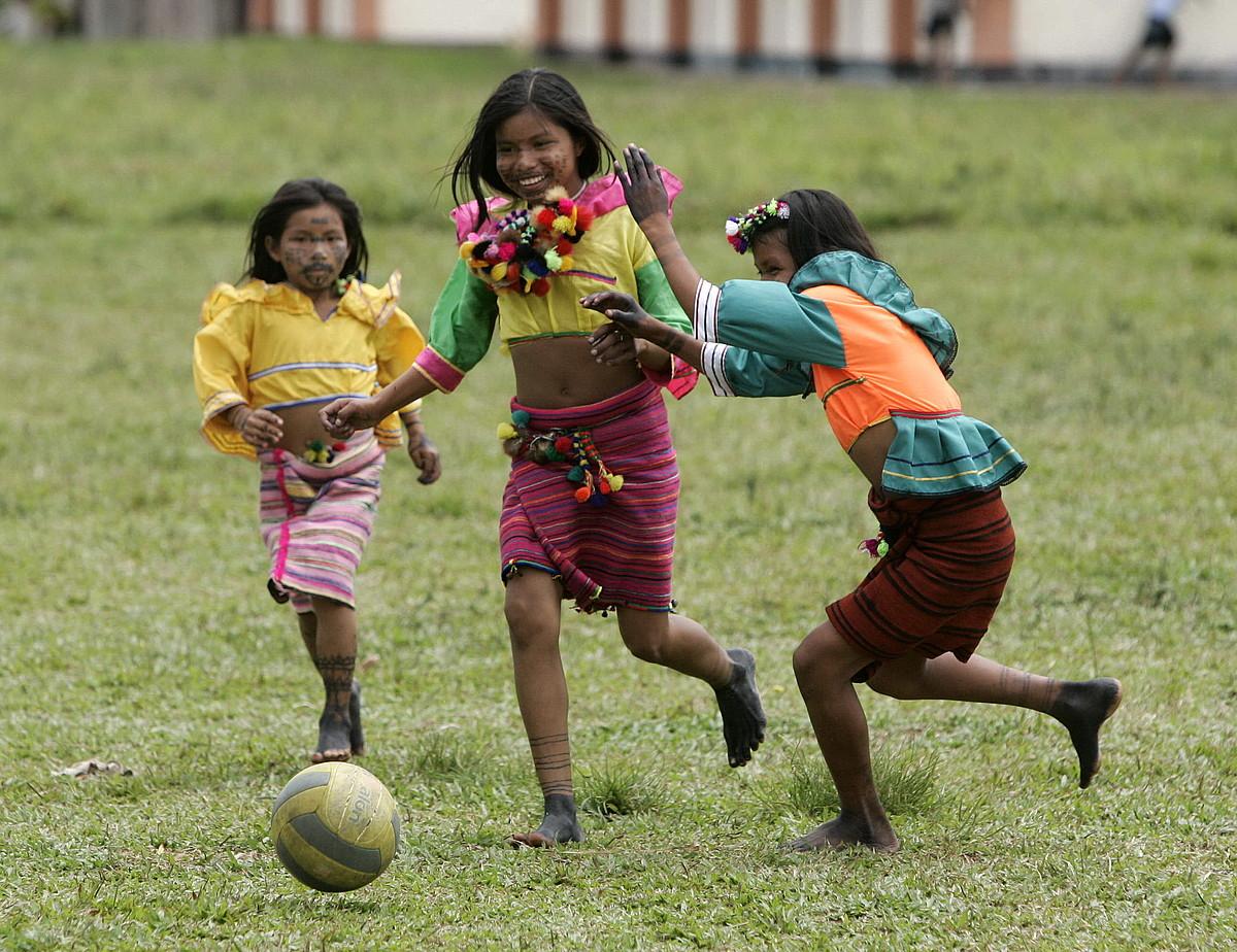 Peruko Amazoniako hiru neskato jolasean, artxiboko irudi batean.