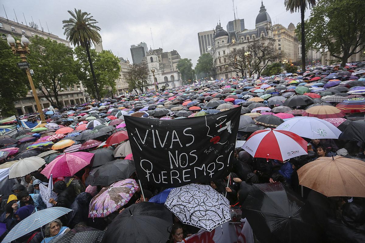 Indarkeria matxista salatzeko protesta, herenegun iluntzean, Buenos Airesen. ©DAVID FERNANDEZ / EFE