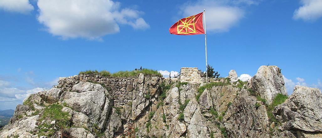 Nafarroako bandera, Beloagako gazteluan. ©MIKEL ARRIZABALAGA