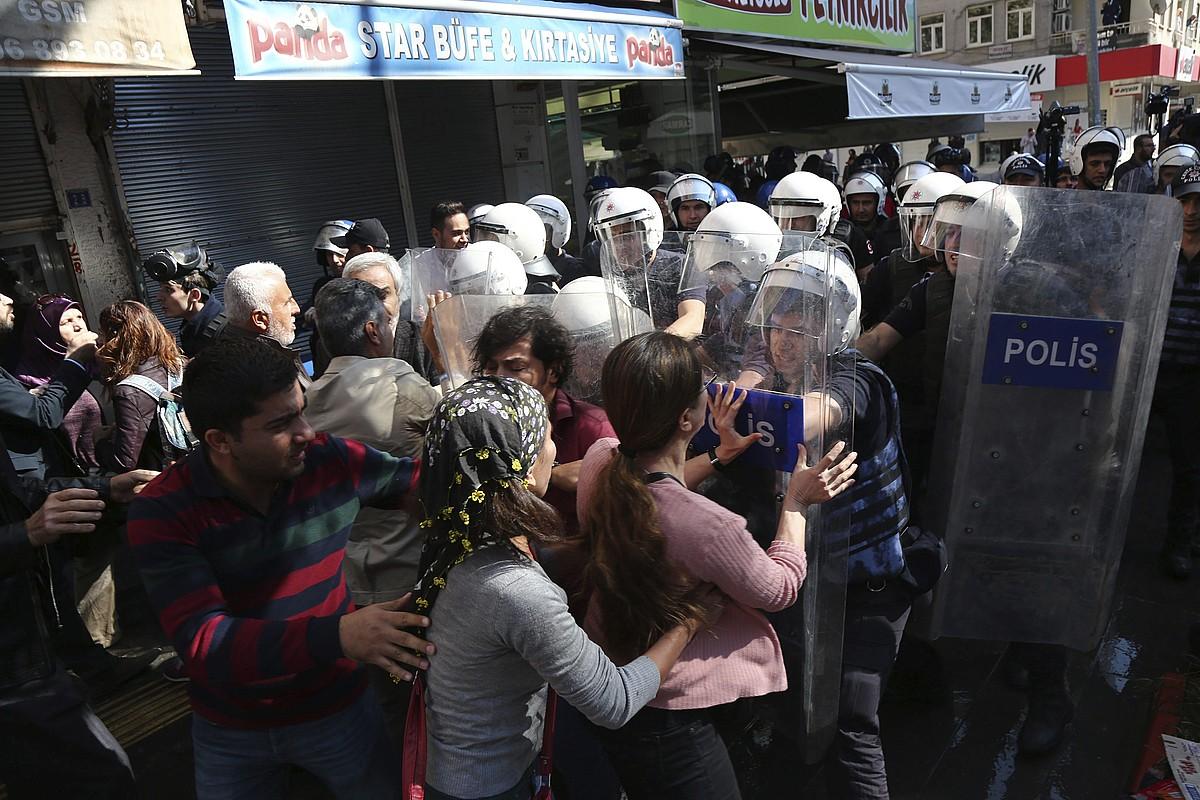 Turkiako indarrak protestan ari diren kurduak sakabanatu nahian, asteazkenean, Diyarbakirren, Ipar Kurdistanen. Egun horretan 25 lagun atxilotu zituzten. ©STR/EFE