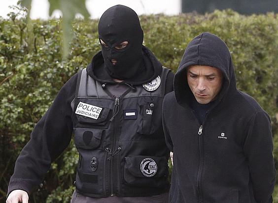 Polizia bat, Mikel Irastorza ustezko ETAko kidea eramaten. / JUAN HERRERO /EFE