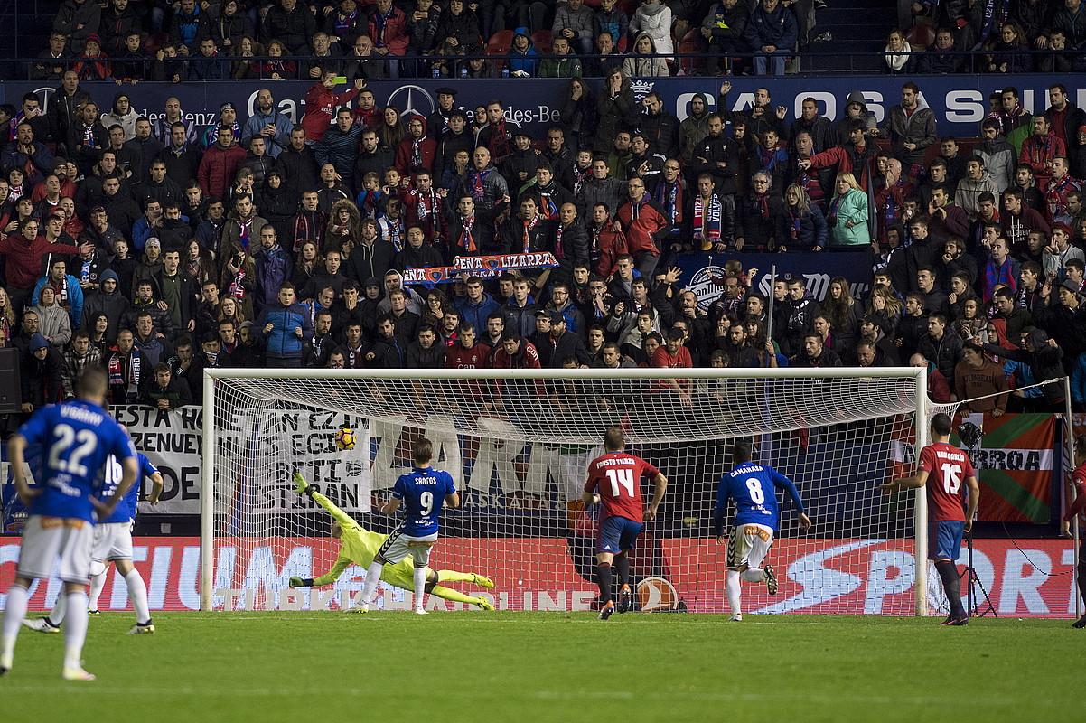 Christian Santos Alaveseko aurrelariak penaltiz gola sartu zuen jokaldia; Nauzetek ezin izan zuen egin ezertxo ere.
