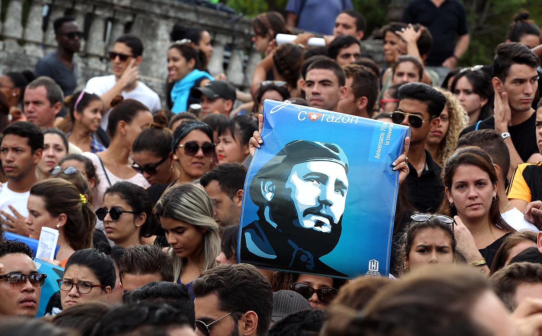 Ehunka gazte, atzo, Fidel Castro omentzeko Habanako Unibertsitatean egindako kontzentrazioan. / ALEJANDRO ERNESTO / EFE
