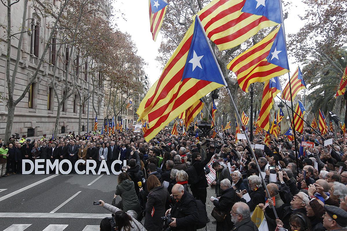 Ehunka lagun bildu ziren Kataluniako Parlamentuaren eta Auzitegi Nagusiaren arteko bidean. ©QUIQUE GARCIA / EFE