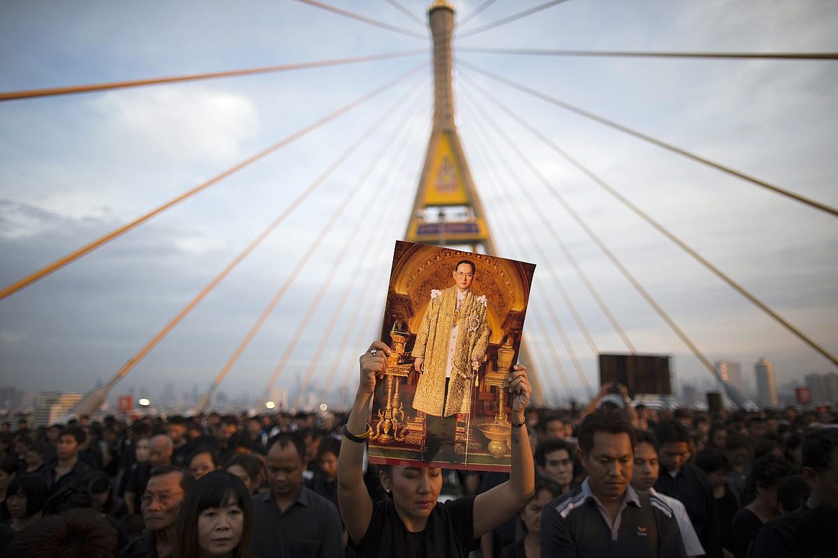 Thailandiarrak Bhumibol Adulyadej erregearen omenezko ekitaldian, abenduaren 5ean, Bangkoken. ©RUNGROJ YONGRIT / EFE