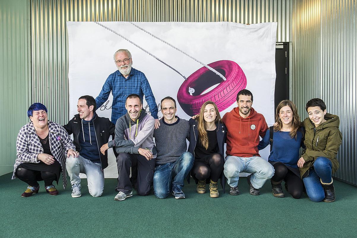 Bizkaiko Bertsolari Txapelketako zortzi finalistak, Xabier Amurizarekin batera. ©MARISOL RAMIREZ / ARGAZKI PRESS