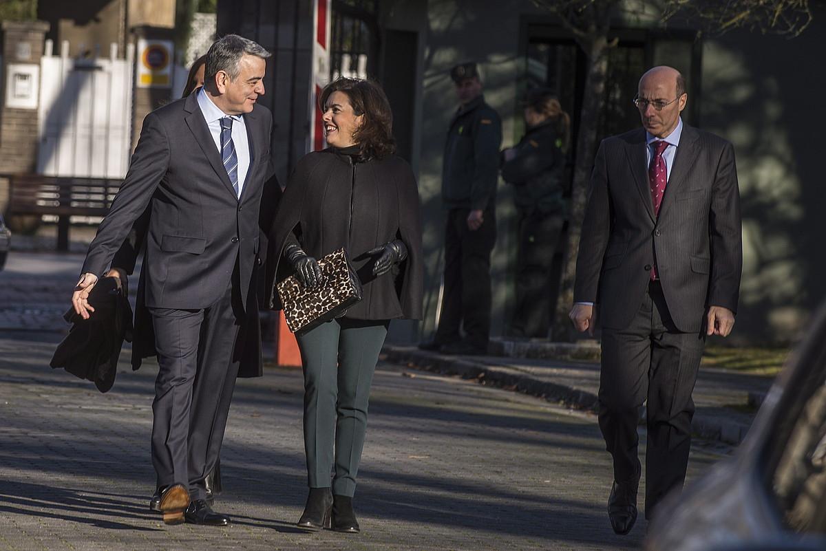 Javier de Andres, Soraya Saenz de Santamaria eta Carlos Urkijo atzo, Gasteizen, Espainiako Gobernuko ordezkaritzara sartzen.
