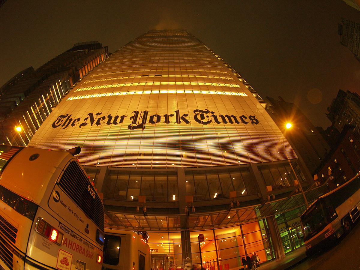 <em>The New York Times</em> egunkariaren eraikina, hiriko Zortzigarren Etorbideko 620. zenbakian.